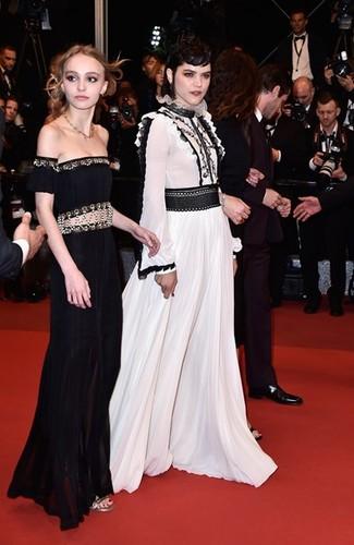 Lily-Rose Depp, em Chanel, e Soko em Giambattista