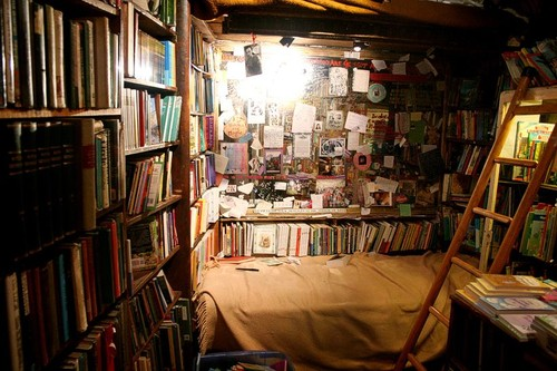 bed-in-shakespeare-bookstore.jpg