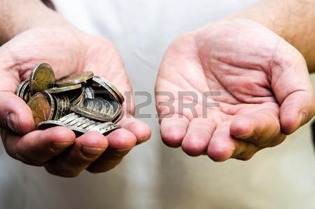grupo-de-moedas-na-mão-humana-ea-mão-vazia.jpg
