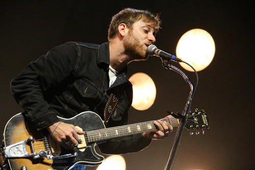Dan_Auerbach_performing_with_the_Black_Keys.jpg
