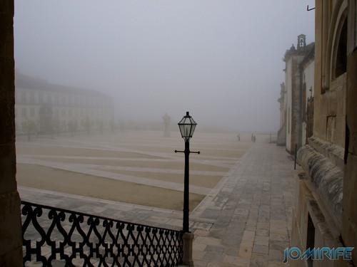 Nevoeiro no pátio da Universidade de Coimbra [en] Fog in the courtyard of the University of Coimbra in Portugal