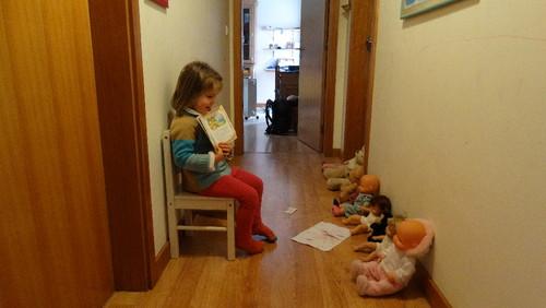 Sara e a sua escolinha de bonecas.JPG