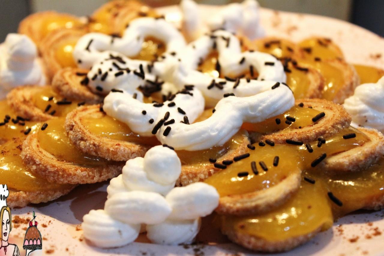 Palmiers de maçã e canela com doce de ovos e chantilly