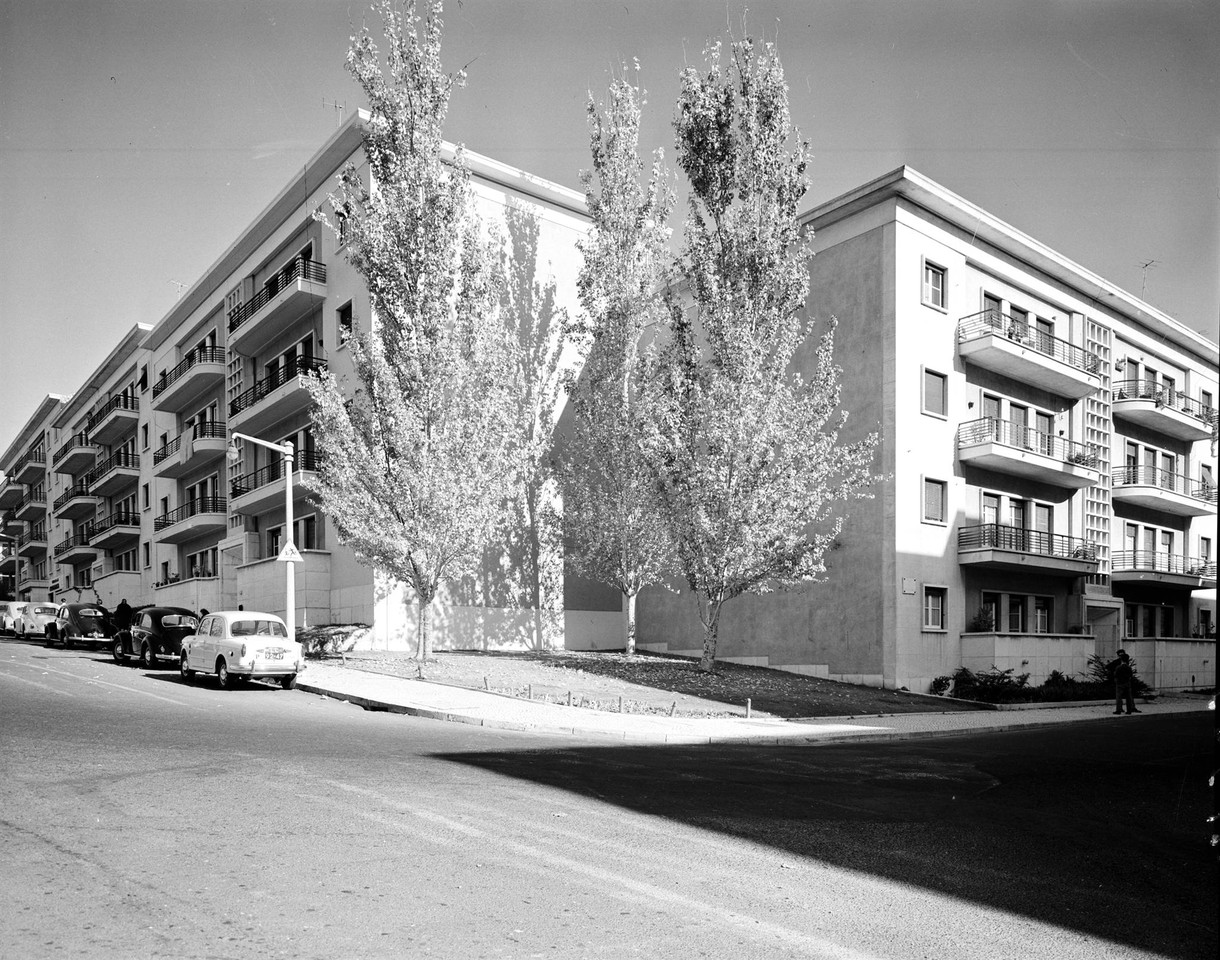 Rua de António Ferreira; gaveto da de Frei Amador Arraes, Lisboa (A. Serôdio, 1964)