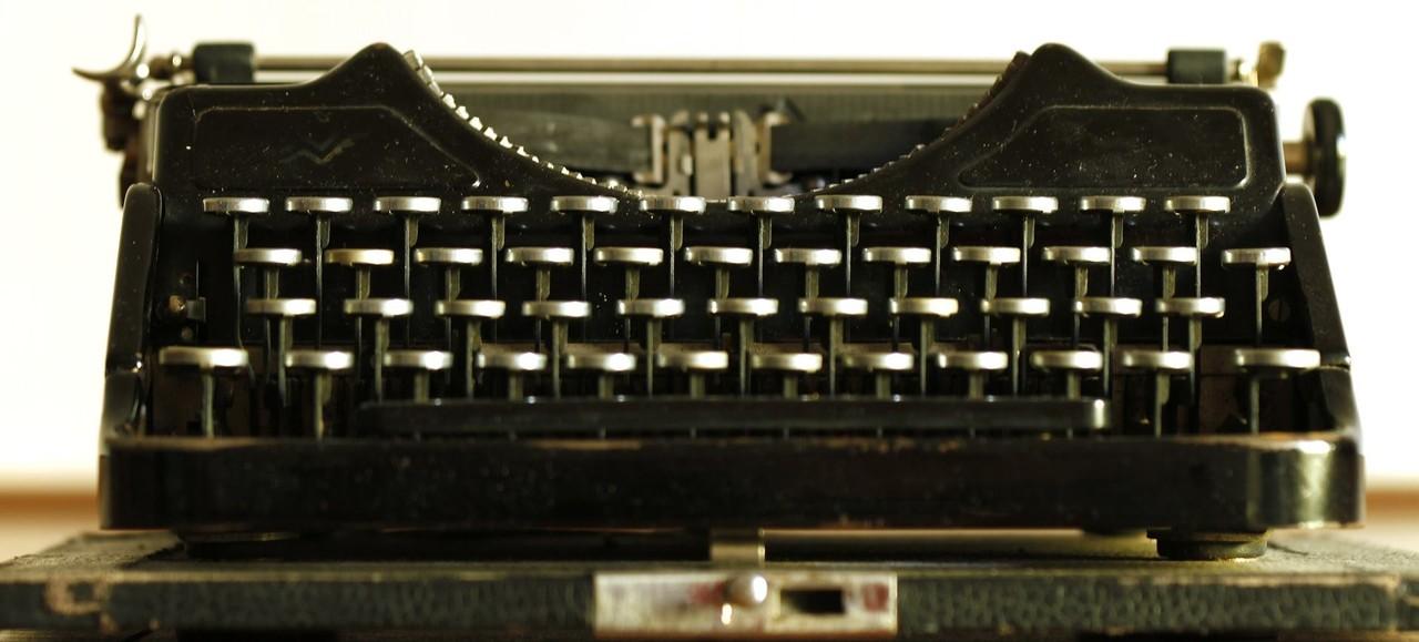 typewriter-472845_1920.jpg