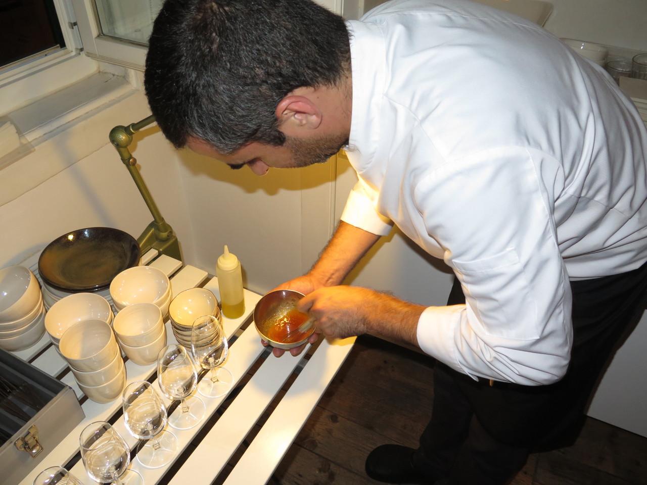 Tiago Feio preparando a emulsão de azeite e malte de cevada