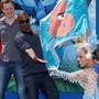 Jamie Foxx brinca com passista de escola de samba