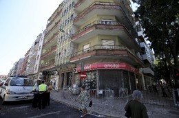 Portugal Predio Com Varandas Em Perigo De Derrocad