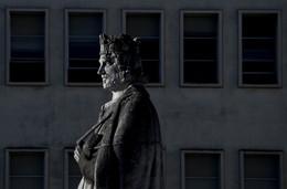 Estátua D. Dinis Coimbra.jpg