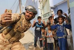 Selfie soldado na aldeia Fadiliya, Nawaran, Iraque