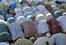 Criança ramadão na mesquita em Carachi, Paquist