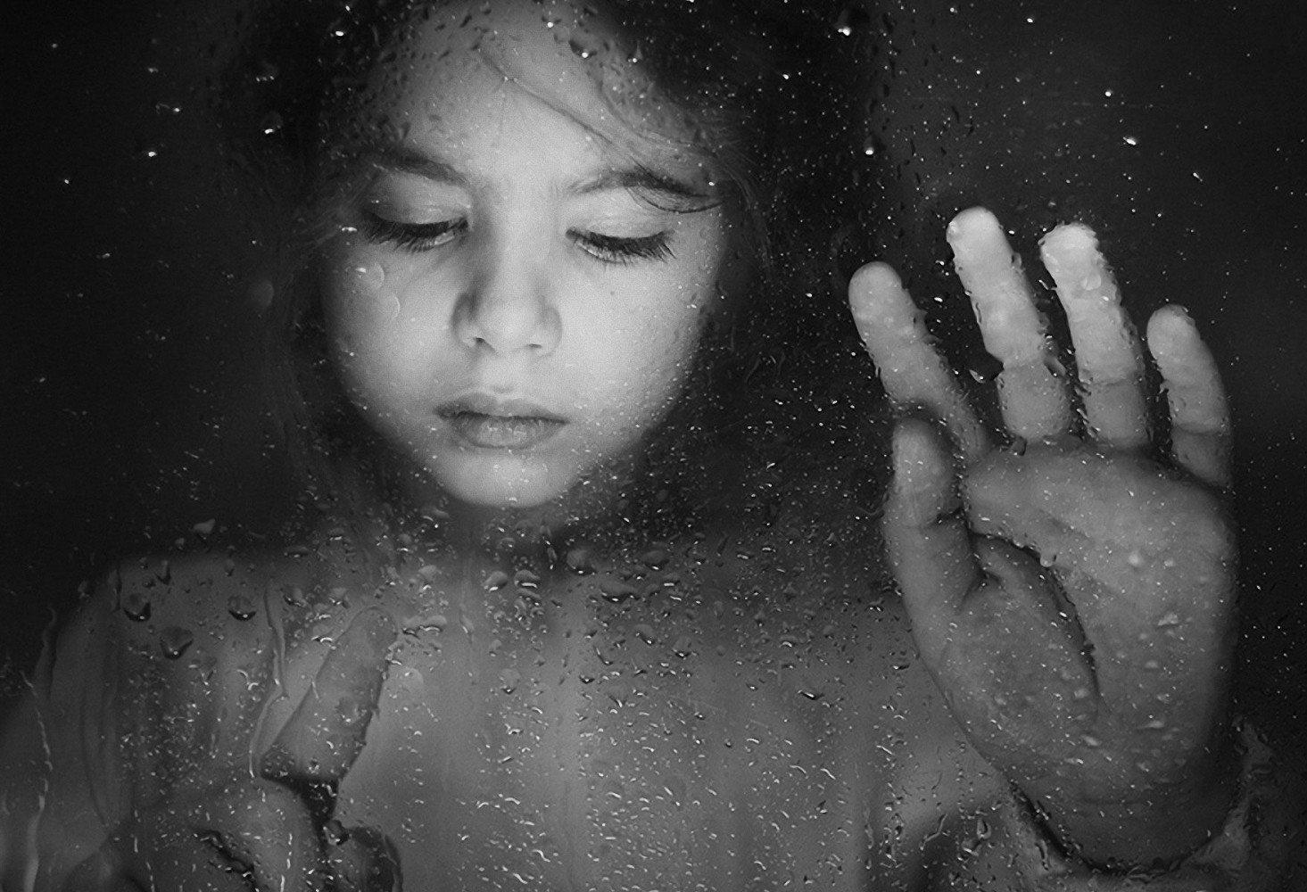dievcatko-kvapky-vody-ruka-163643.jpg