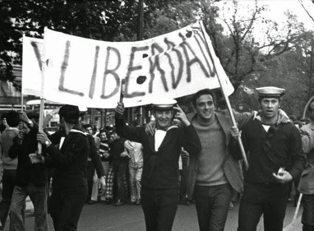 Militares e civis comemorando na rua a liberdade