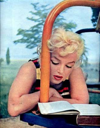 Marilyn-Monroe-1954-by-Eve-Arnold-reading-series.j